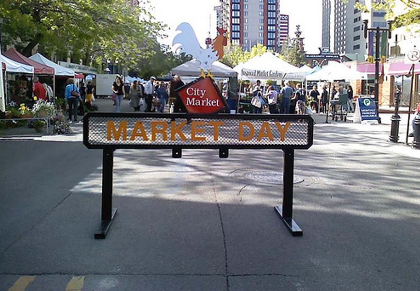 Market day sign standing at the entrance of a farmers market